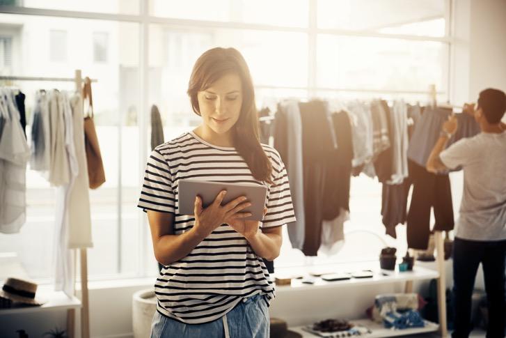 YOOBIC_Sales_Associates_Fashion_Retail_Tablet
